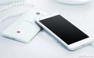 Valkoinen HTC Deluxe GSMArenan julkaisemassa kuvassa