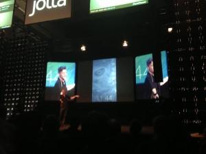 Jollan toimitusjohtaja Marc Dillon esittelee Sailfish-käyttöjärjestelmää
