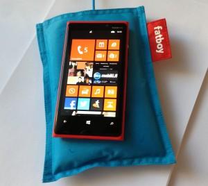 Nokia Lumia 920 ja erikseen myytävä Fatboy-lataustyyny