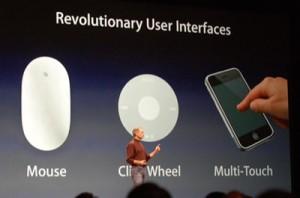 Steve Jobs lavalla esittelemässä monikosketusta iPhonen julkistuksen yhteydessä