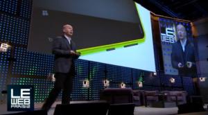 Marko Ahtisaari lavalla LeWebissä esittelemässä Lumia 620:n muotoilua