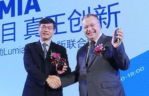 Stephen Elop ja Lie Yue Nokian Lumia 920T -lanseerauksessa