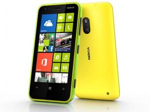 Nokia Lumia 620 edestä ja takaa