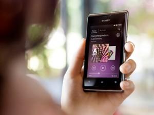 Sony Xperia E kädessä