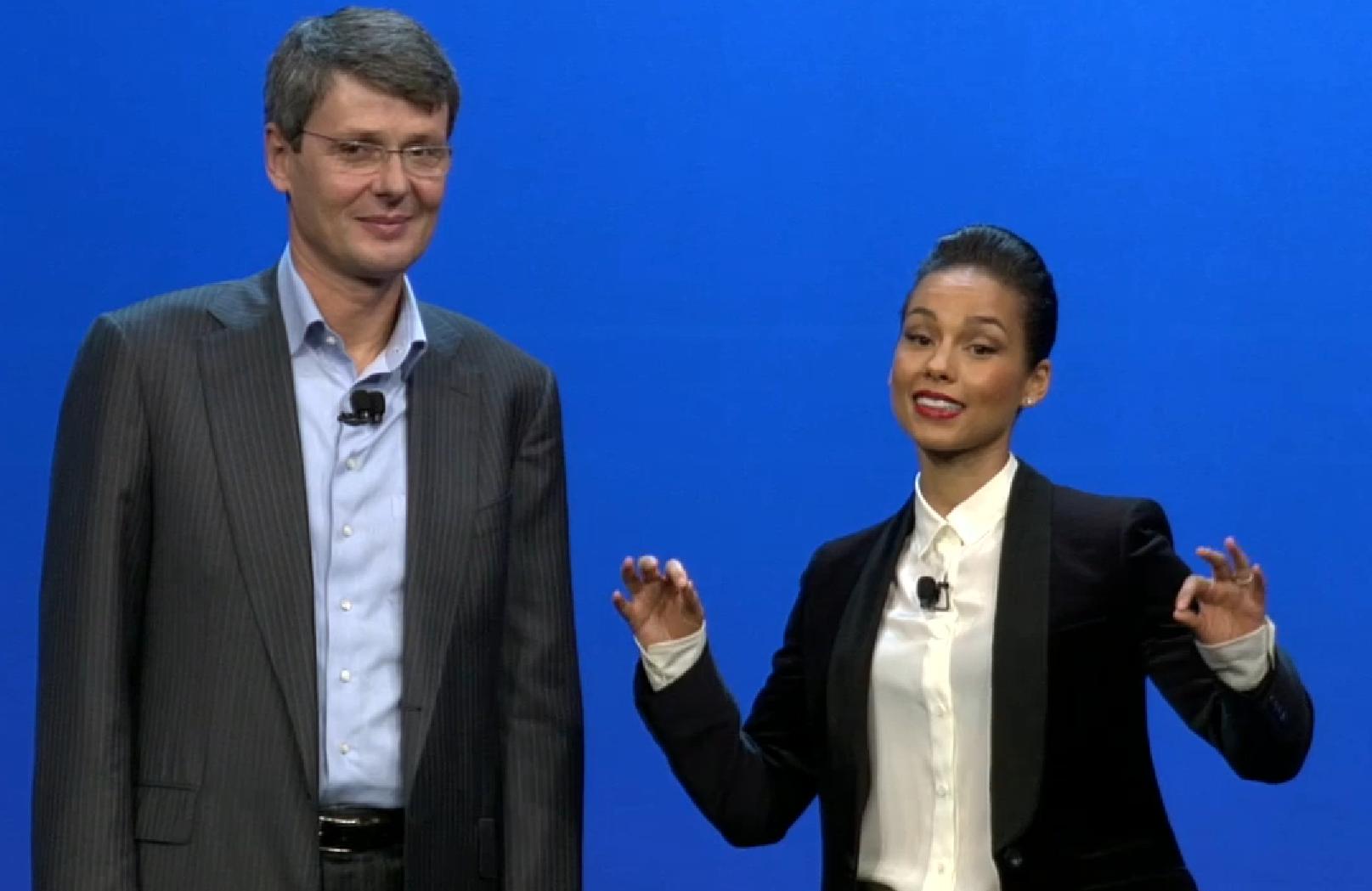 BlackBerryn toimitusjohtaja Thorsten Heins ja Alicia Keys viime tammikuun tilaisuudessa. Nyt kumpikin heistä on saanut jo jättää BlackBerryn.