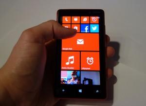 Nokia Lumia 820 kädessä