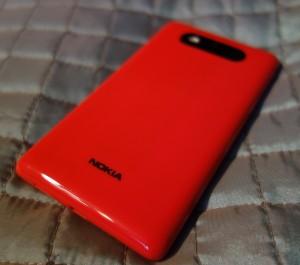 Nokia Lumia 820 takaa