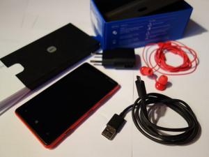 Nokia Lumia 820:n myyntipakkauksen sisältö