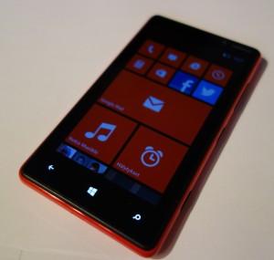 Nokia Lumia 820 edestä näyttö päällä