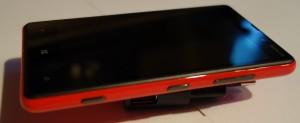 Nokia Lumia 820:n oikea sivu: kamerapainike, lukituspainike, äänenvoimakkuuden säätöpainikkeet