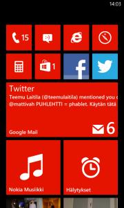 Windows Phone 8 -aloitusnäkymä Nokia Lumia 820:ssä