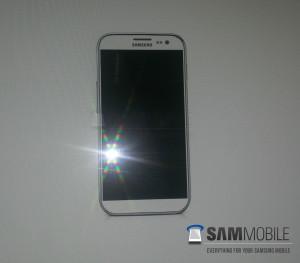 Väitetty Samsung Galaxy S IV SamMobilen julkaisemassa kuvassa