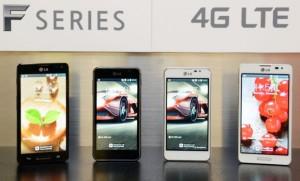 LG:n uudet Optimus F -sarjan mallit, Optimus F7 reunoilla ja Optimus F5 keskellä
