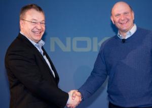 Nokian entinen toimitusjohtaja Stephen Elop ja Microsoftin  Steve Ballmer parisen vuotta sitten yhteistyösopimuksen julkistuksessa