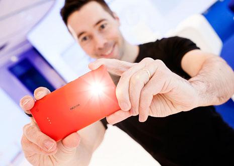 Nokian kameraguru Juha Alakarhu esittelemässä 2013 tuolloin julkistetun Nokia Lumia 720 -puhelimen kuvausominaisuuksia.