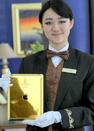 Burj Al Arabin vastaanottovirkailija kädessään 'virtuaalinen vastaanottovirkailija'.