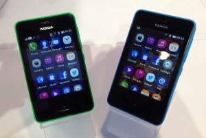 Kaksi Nokian Asha 501 -puhelinta