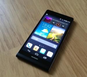 Huawei Ascend P6 ja widgettejä sisältävä kotinäkymä
