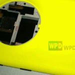 Väitetty Nokia EOS Lumia 920:n rinnalla WPDangin julkaisemassa kuvassa - huomaa kameran suuri ympyrä sekä koskettimet langatonta latausta lisäkuorella silmällä pitäen