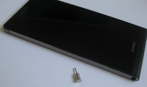 Vasemmalta sivulta Ascend P6:sta löytyy ainoastaan alakulmasta 3,5 millimetrin standardi kuulokeliitäntä. Kuvassa myös kuulokeliittimessä haluttaessa säilytettävä työkalu, jolla onnistuu korttipaikkojen avaaminen.