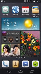 Huawei Ascend P6:n kotinäkymä - keskeltä sovelluskuvakkeiden välistä löytyy Huawein Me Widget, jonka sisältöä voi muokata.