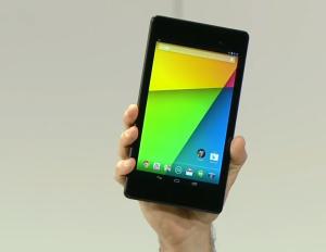 Googlen ja Asuksen uusi Nexus 7 kädessä