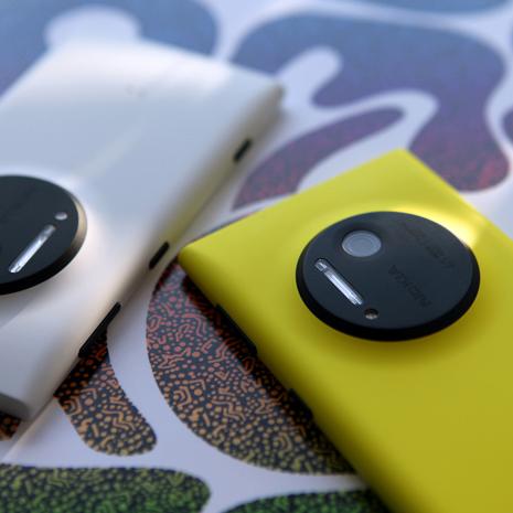 Nokia Lumia 1020 takaa valkoisena ja keltaisena