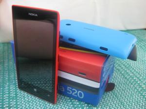 Nokia Lumia 520, eri värisiä kuoria ja myyntipakkaus