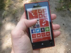 Nokia Lumia 520 kädessä