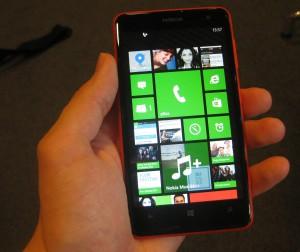 Nokia Lumia 625 kädessä