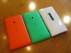 Nokia Lumia 625, vihreä takakuori Lumia 625:een ja valkoinen Lumia 920