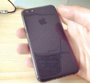 Ainakin tämä iPhone 5C:n musta kuori on hyvin kiiltävä pinnaltaan