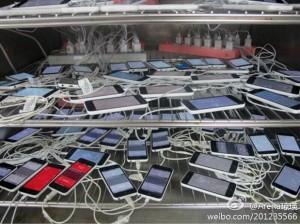 Kiinalaispalvelu Weibossa julkaistu kuva läjästä iPhone 5C -puhelimia