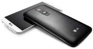 LG G2 valkoisena ja mustana edestä ja takaa