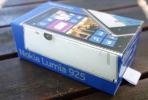 Nokia Lumia 925:n tuttua tyyliä edustava myyntipakkaus - uutta on avaamista helpottava vetäisyliina