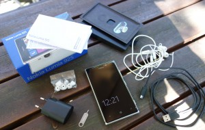 Lumia 925:n myyntipaketin sisältö on standarditavaraa - mukana tarpeellinen, mutta ei ylimääräistä