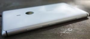 Lumia 925:n oikealta reunalta löytyvät tutut äänenvoimakkuus-, virta/lukitus- ja kamerapainikkeet, joiden tarjoama tuntuma on esimerkillisen hyvä.