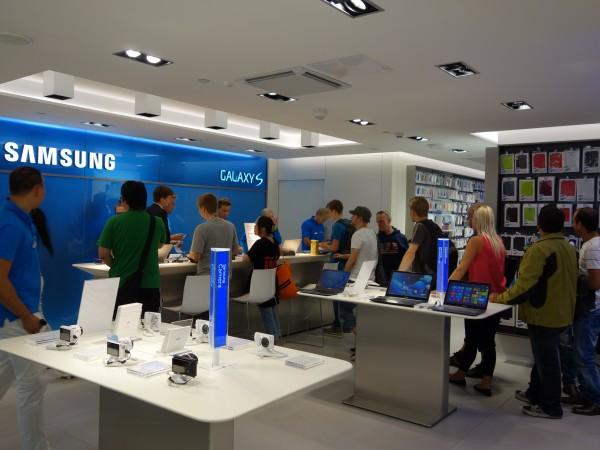 Suurin osa ihmisistä jonotti Galaxy S4:ää erikoistarjoushintaan