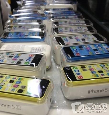 Apple iPhone 5C -puhelimia myyntipakkauksissaan? iapps.im-sivuston aiemmin julkaisema kuva