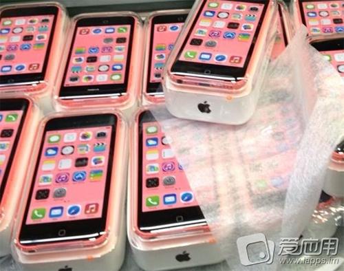 Pinkkejä iPhone 5C -puhelimia myyntipakkauksessaan? iapps.im-sivustolla julkaistu kuva