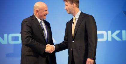 Microsoftin Steve Ballmer ja Nokian Risto Siilasmaa kättelivät kaupan, joka pelasti Nokian mutta ei lopulta Nokian entistä puhelintoimintaa Suomessa.