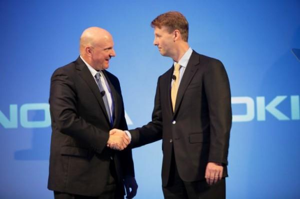 Microsoftin Steve Ballmer ja Nokian Risto Siilasmaa kättelivät kaupan, joka pelasti Nokian.