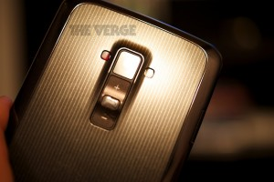 LG G Flex takaa, josta löytyvät toimintopainikkeet