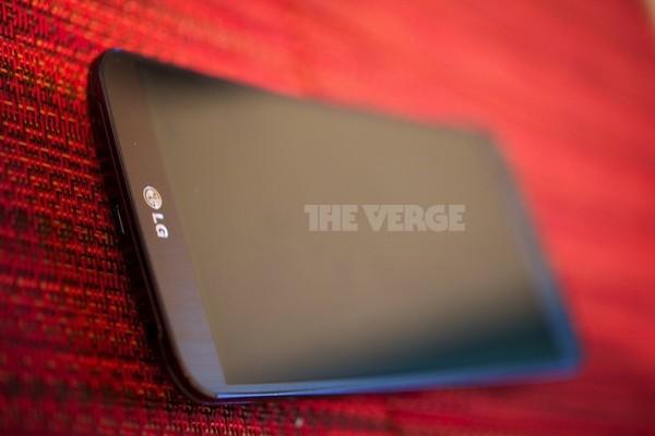 LG G Flex edestä The Vergen kuvassa