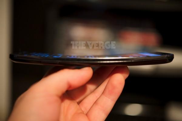 LG G Flex sivulta The Vergen kuvassa