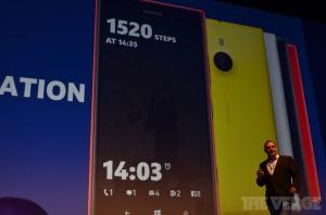 Lumia Blackin ja sen jälkeiset vilkaisunäytön uudistukset The Vergen kuvassa - esillä askelmittari sekä alareunassa eri ilmoitukset
