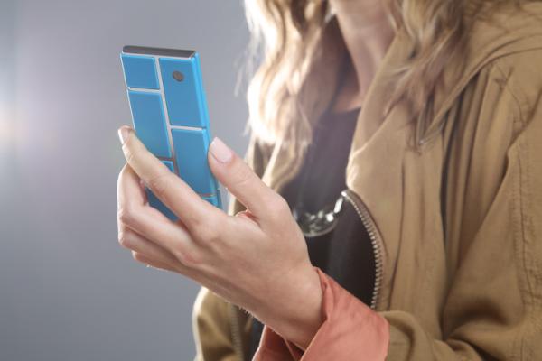 Palasista koottu Motorola Project Ara -puhelin kädessä