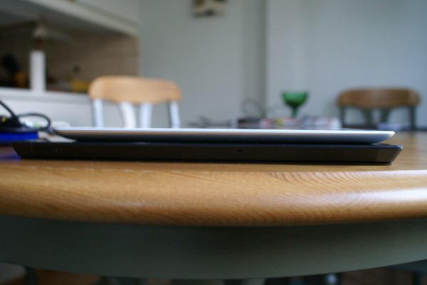 Microsoft Surface Pro 2 ja 4. sukupolven iPad sivusta, eroa paksuudessa on paljon