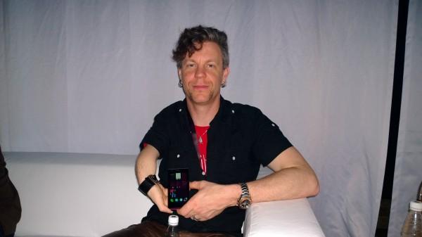 Jollan yksi perustaja ja ohjelmistokehityksen johtaja Marc Dillon Jolla-puhelimen kanssa