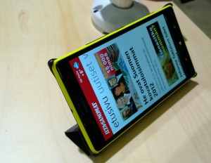 Yksi Nokian lisävarusteista Lumia 1520:lle on kääntyvä suojakansikuori, joka taittuu myös puhelimen seisontatueksi.
